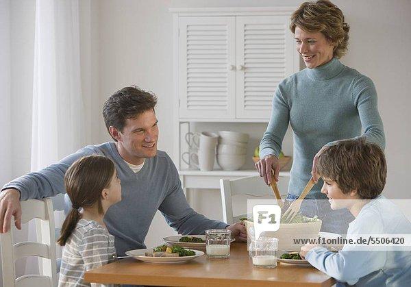 Familie Essen am Tisch