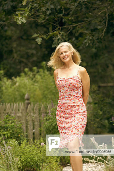 stehend Portrait Frau lächeln reifer Erwachsene reife Erwachsene