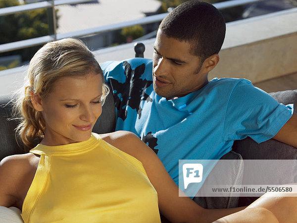 Junge Frau lehnt sich an ihren Freund