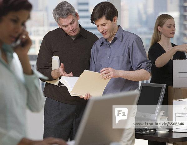 Geschäftsleute arbeiten in neuen Büro