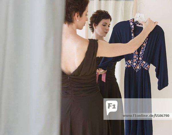Frau blickt auf Kleid