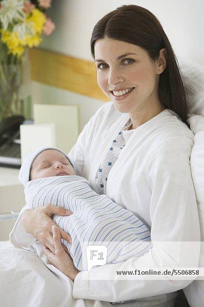 Mutter mit Neugeborenen im Krankenhaus