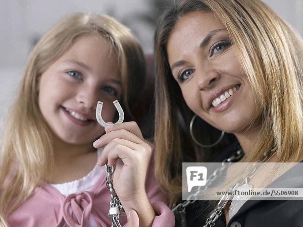 Mutter und Tochter mit einem Hufeisen