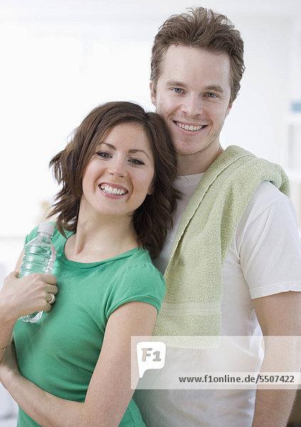 Paar mit Handtuch und Flasche Wasser