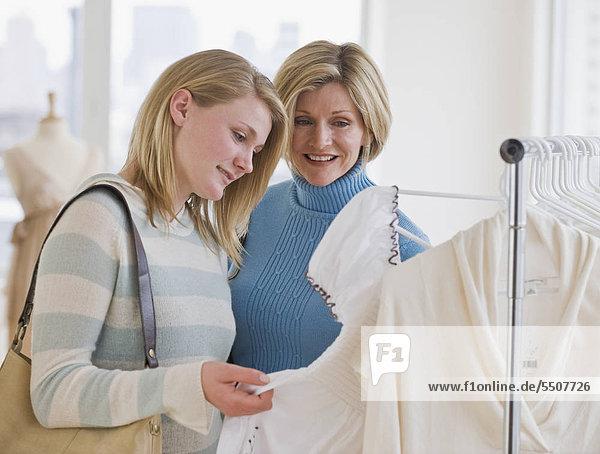 Mutter und Tochter Kleidung einkaufen