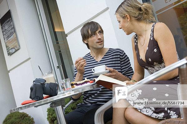 Mann und Frau in einem Straßencafé