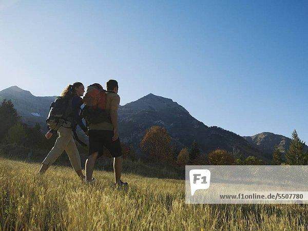 Paar Wandern mit Rucksäcke  Utah  USA