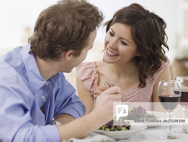 Paar eating salad
