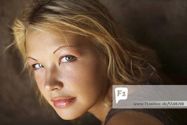 Close-up Portrait von jungen kaukasischen blond Frau.