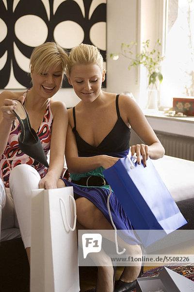 Zwei junge Frauen mit Einkaufstüten