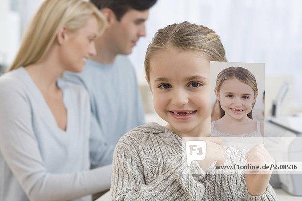 Portrait of Girl holding Bild selbst
