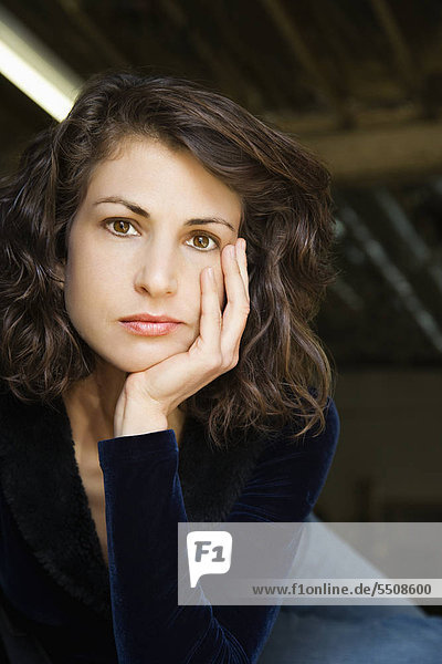 Porträt von ziemlich Mitte Fröhlichkeit Caucasian Frau mit Kopf auf Hand gemacht Auge Berührung.