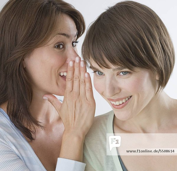 Frau sagen Geheimnis Freund