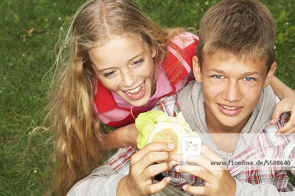 Mädchen isst Hamburger