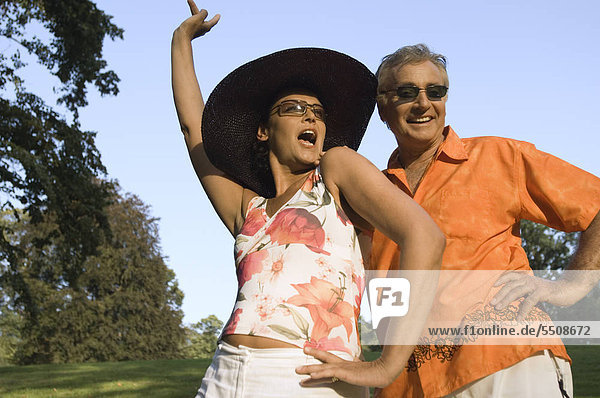 Älteres Paar in sommerlichem Outfit hat Spaß