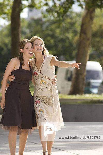 Zwei junge Frauen Seite an Seite