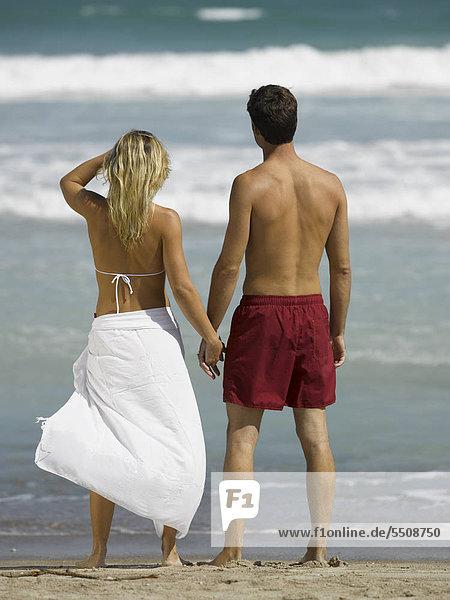 Junges Paar blickt aufs Meer