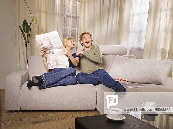 Junges Paar lacht gemeinsam