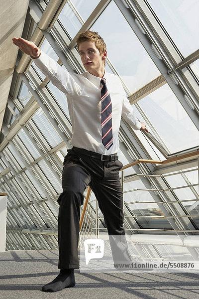 Junger Businessmann macht Entspannungsübung