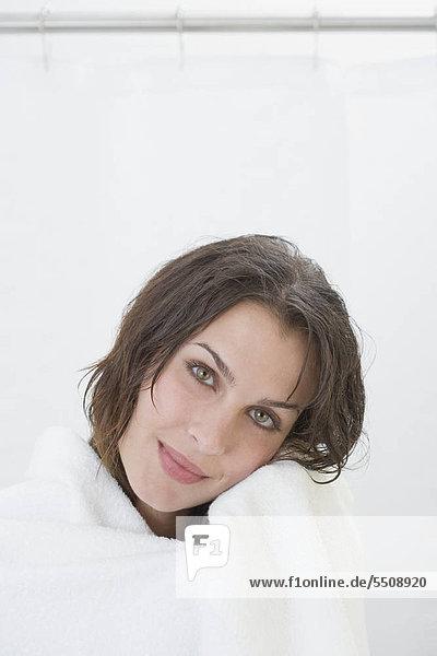 Portrait of Woman in Badetuch gewickelt