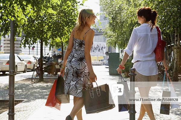 Zwei Frauen mit Einkaufstüten