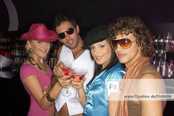 Junge Leute trinken Cocktails