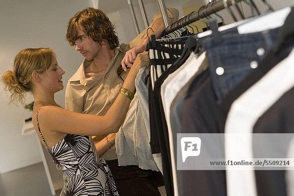 Ein Paar in einem Bekleidungsgeschäft