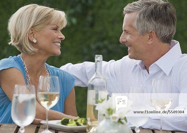 Paar Wein im Freien genießen