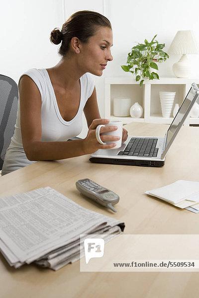 Frau mit Kaffee mit laptop
