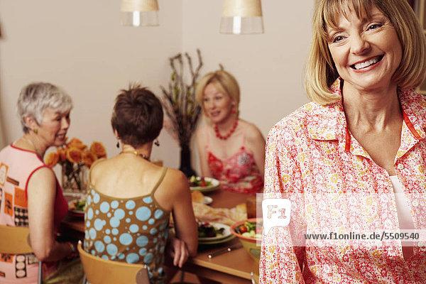sitzend Frau Freundschaft lächeln am Tisch essen Hintergrund Close-up reifer Erwachsene reife Erwachsene Tisch