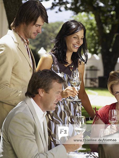 Zwei Paare beim Weintrinken