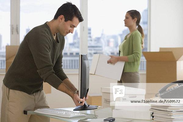 Geschäftsleute die Einrichtung neuer Büros