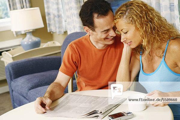 sitzend Zusammenhalt lächeln reifer Erwachsene reife Erwachsene Tisch