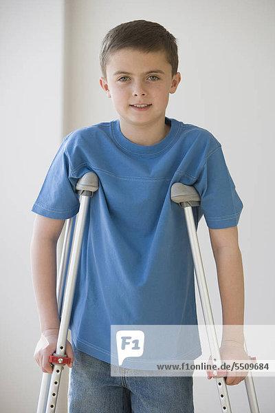 Boy standing auf Krücken