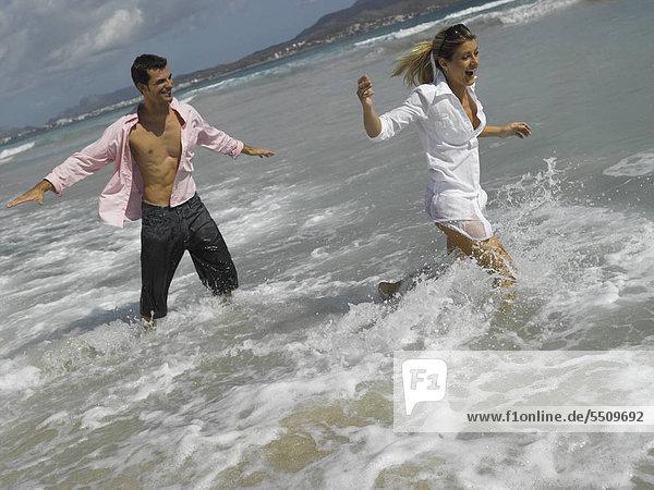 Paar läuft am Strand