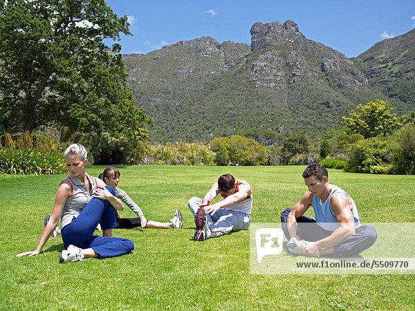 Vier Personen beim Stretching