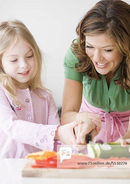 Mutter Tochter hacken Gemüse helfen