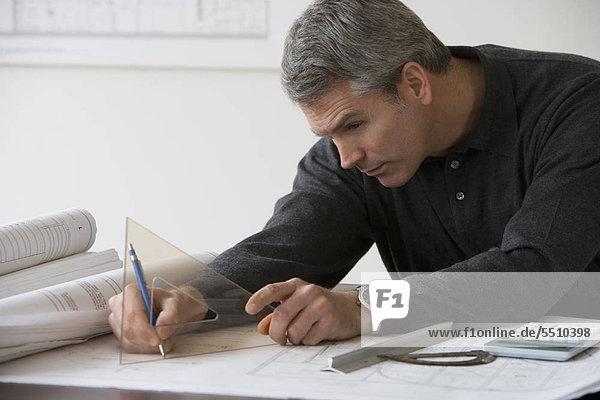 Männlich Architekten arbeiten am Schalter