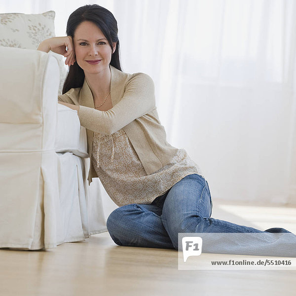 Frau sitzen auf Boden
