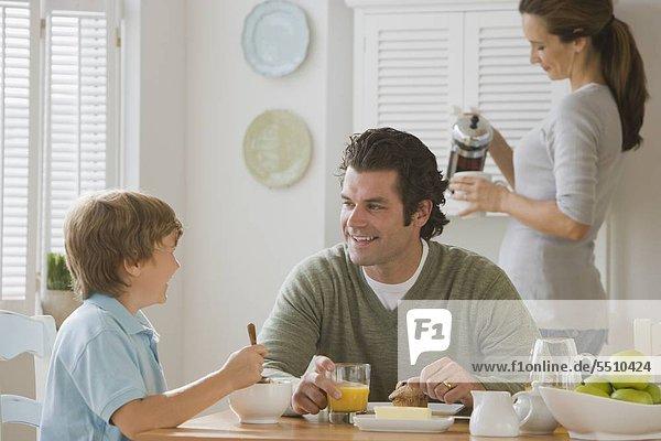 Vater und Sohn am Frühstückstisch