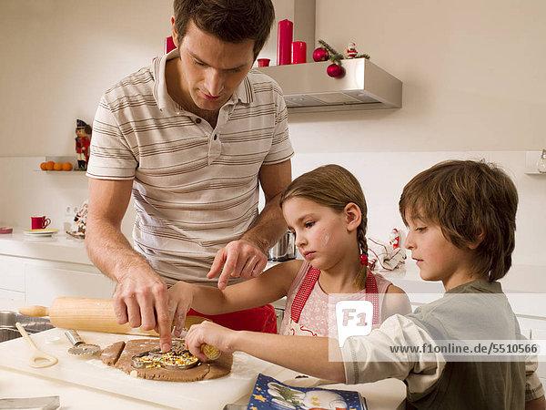 Menschlicher Vater backen backend backt Keks