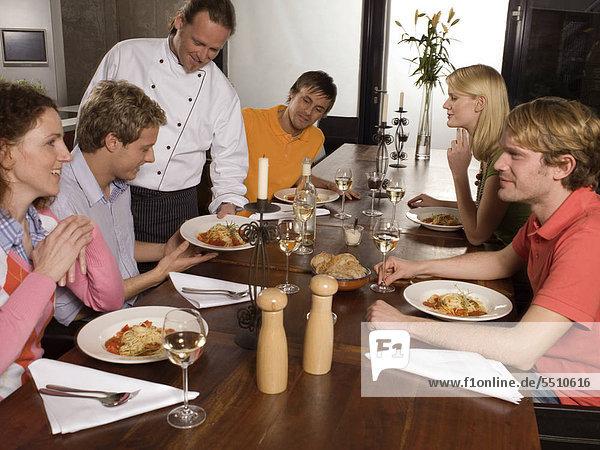 Chefkoch serviert das Essen seinen Gästen