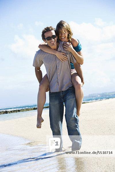 Europäer Frau Mann geben Strand fahren huckepack Erwachsener Mittleren Alters Erwachsene Mittleren Alters mitfahren
