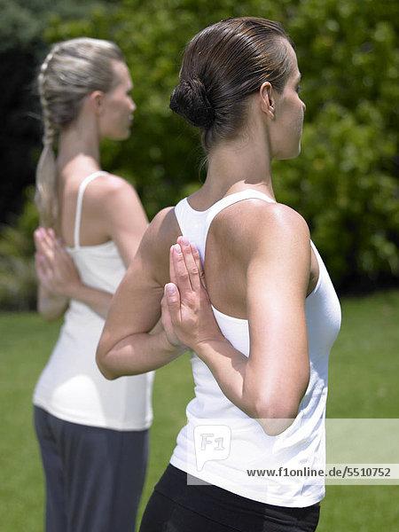 Zwei Frauen in einer Yogapose