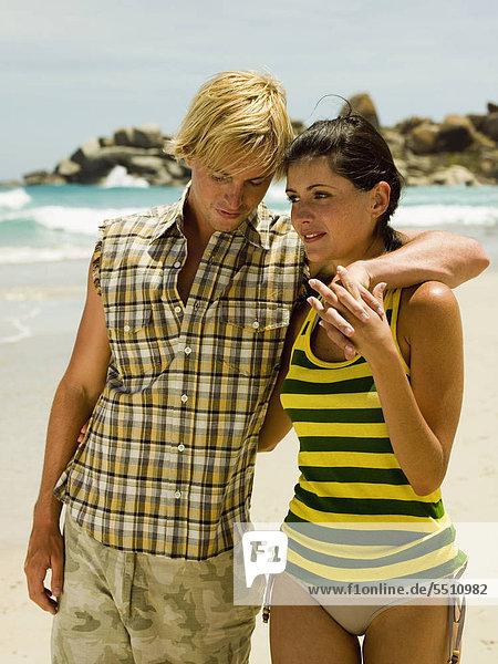 Junges Paar am Meer