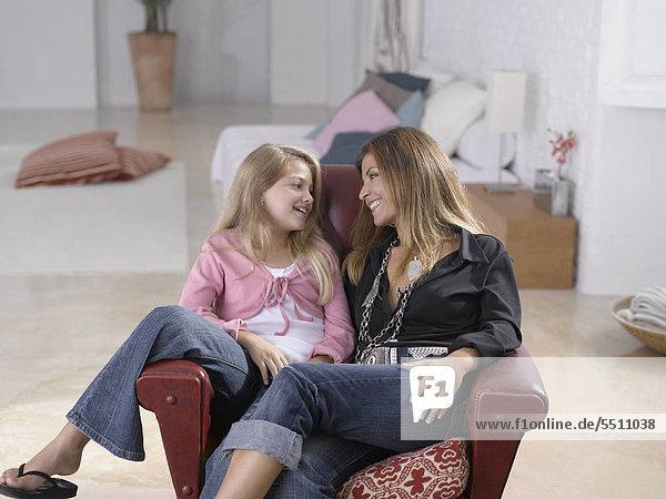 Mutter und Tochter Seite An Seite