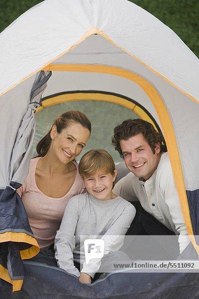 Family sitting in Zelt