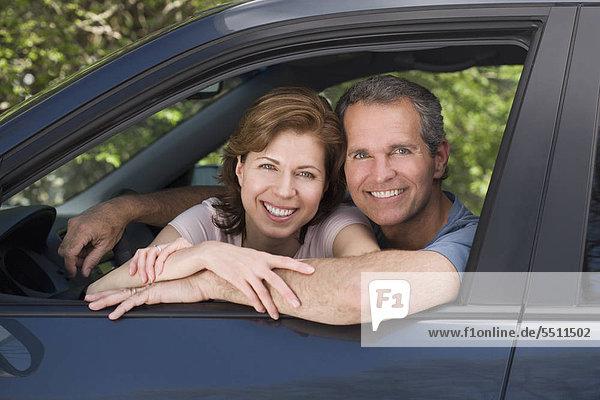 Kuppelkirche lächelnd und sitzen im Auto