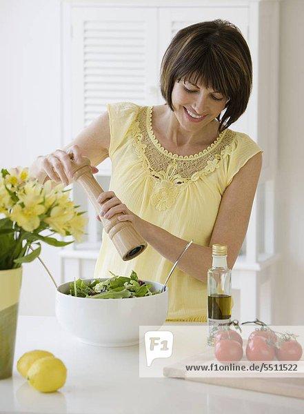 Frau Schleifen Pfeffer auf Salat Frau Schleifen Pfeffer auf Salat