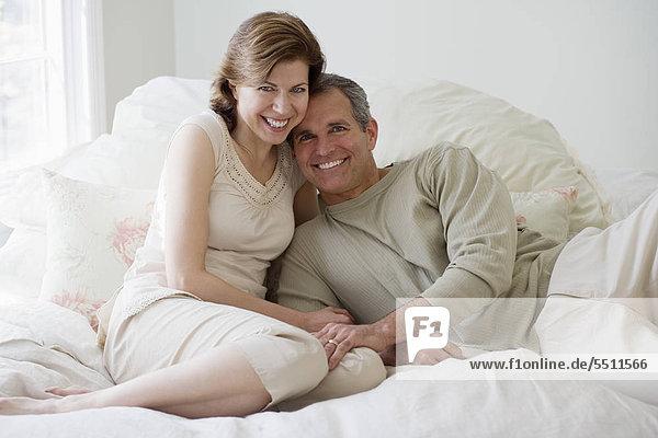 Paar umarmt auf Bett